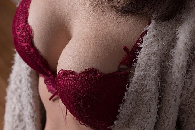 piersi podnieconej kobiety