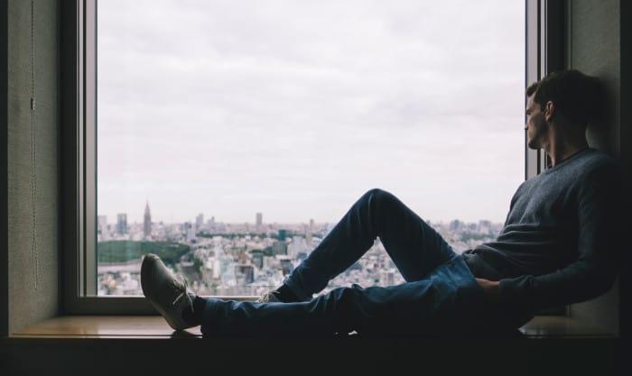 facet patrzy przez okno