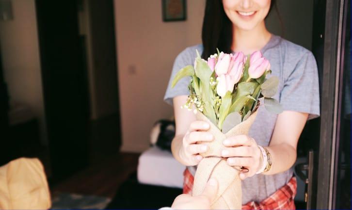 kobieta dostaje kwiaty