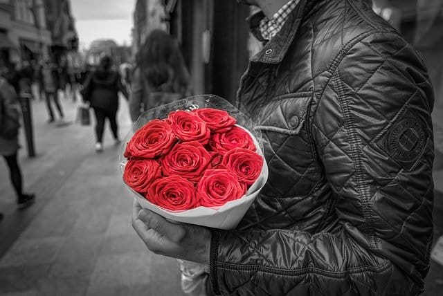 Mężczyzna z różą w ręku