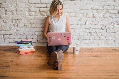 Dziewczyna na laptopie ogłoszenia obrazek sex randki