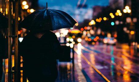 dziewczyna po zdradzie samotna w deszczu